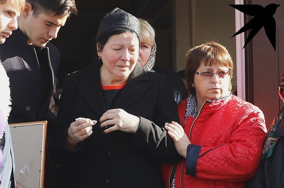 Вместе с убитой горем матерью поехал брат Насти Сергей.
