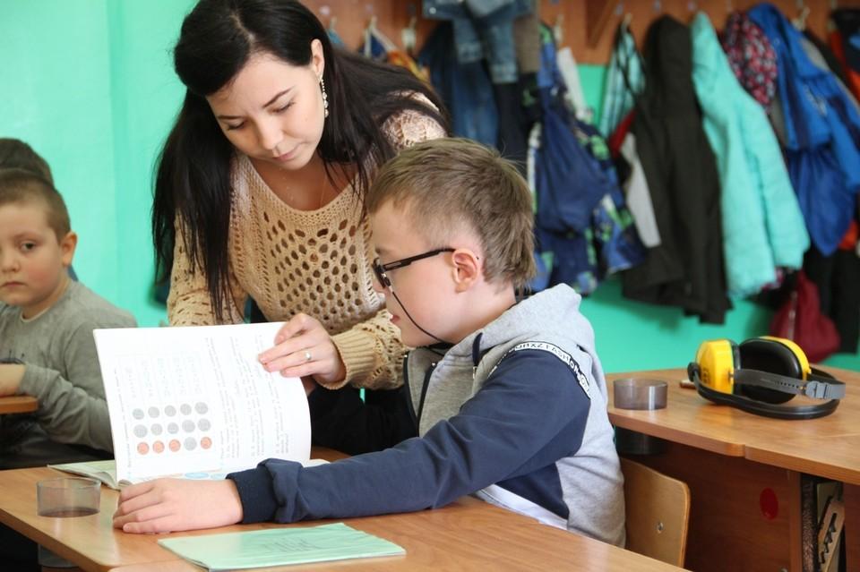 """Чтобы особенный ребенок мог потом пойти в школу вместе с """"обычными"""" детьми - помощь нужно начать оказывать как можно раньше Фото: outfundbel.ru"""