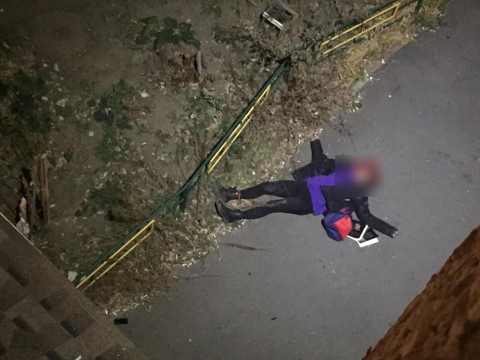 Сначала девушка упала на козырек, а потом приземлилась на асфальт