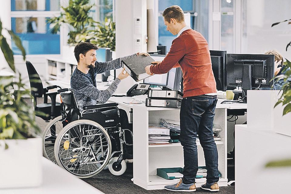 Инклюзия предполагает, что человек с инвалидностью имеет возможность учиться или работать не изолированно, а вместе с обычными людьми.