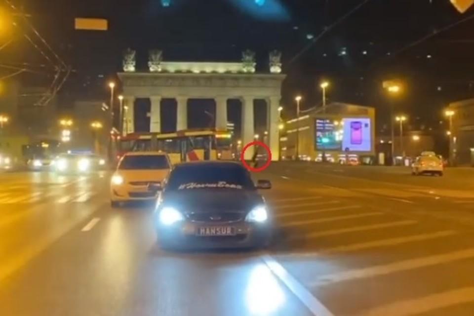 Неизвестный водитель прокатился по Московскому проспекту, стреляя из автомата. Впрочем, есть предположение, что это всего-навсего видеомонтаж. Фото: скриншот страницы Instagram