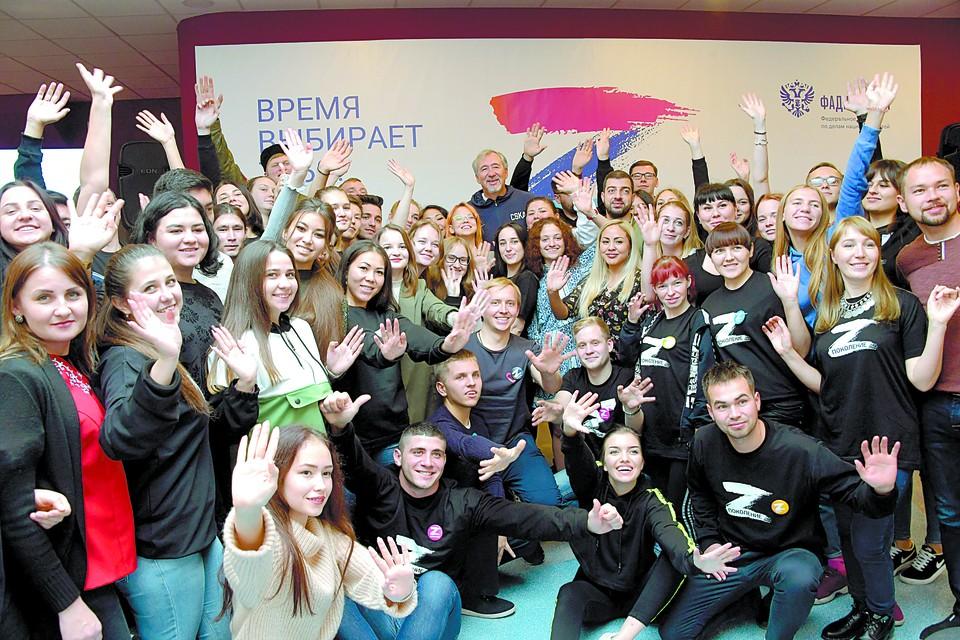 Олимпийский чемпион баскетболист Сергей Тараканов с участниками лагеря «Поколение».