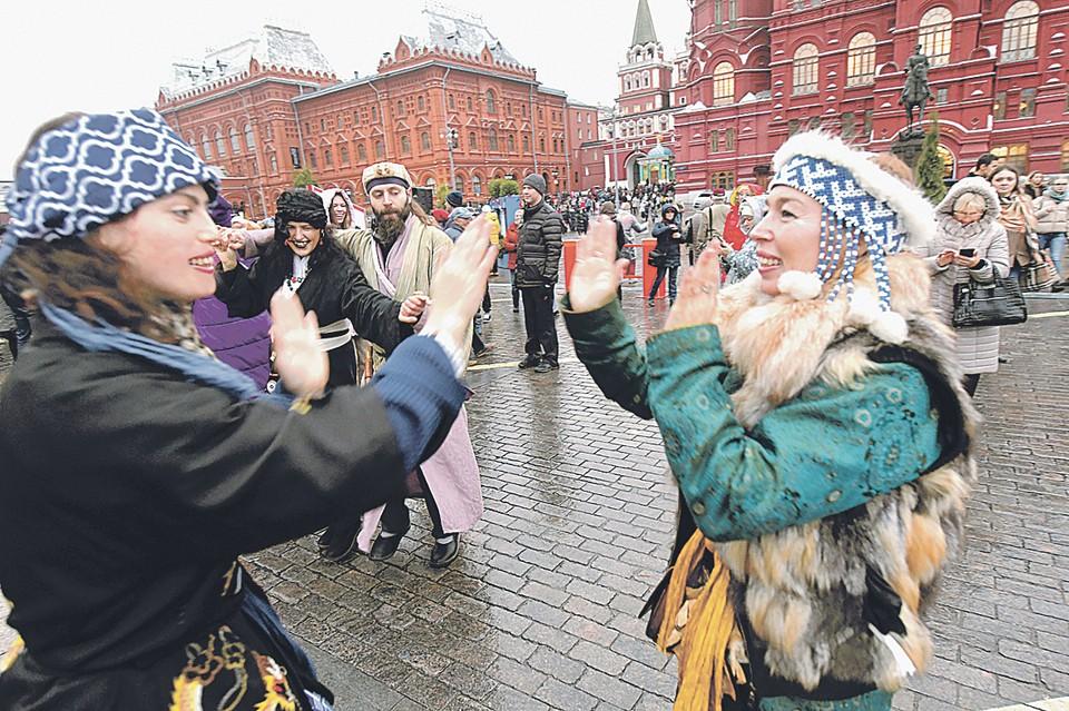 Манежная площадь в Москве - традиционное место встречи представителей всех народов России.