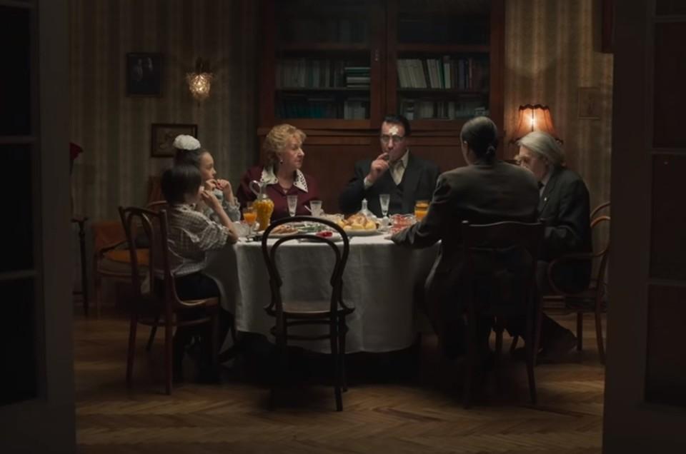 Линдеманн отведал легендарные советские салаты и выпил из граненого стакана. Фото: скриншот видео с Youtube канала Lindemann Official