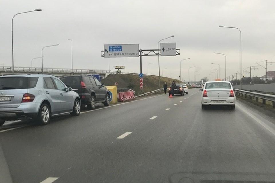 В Краснодаре на Ростовском шоссе столкнулись две легковушки