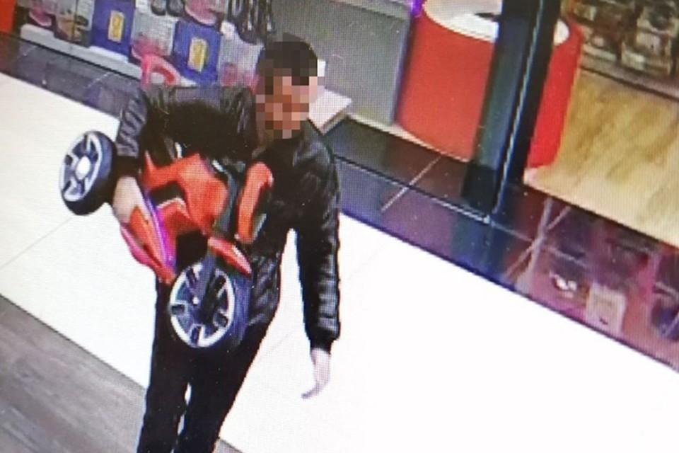 Мужчина за день вынес из магазина два детских электромотоцикла, а на третьем попался. Фото: ГУВД Мингорисполкома.