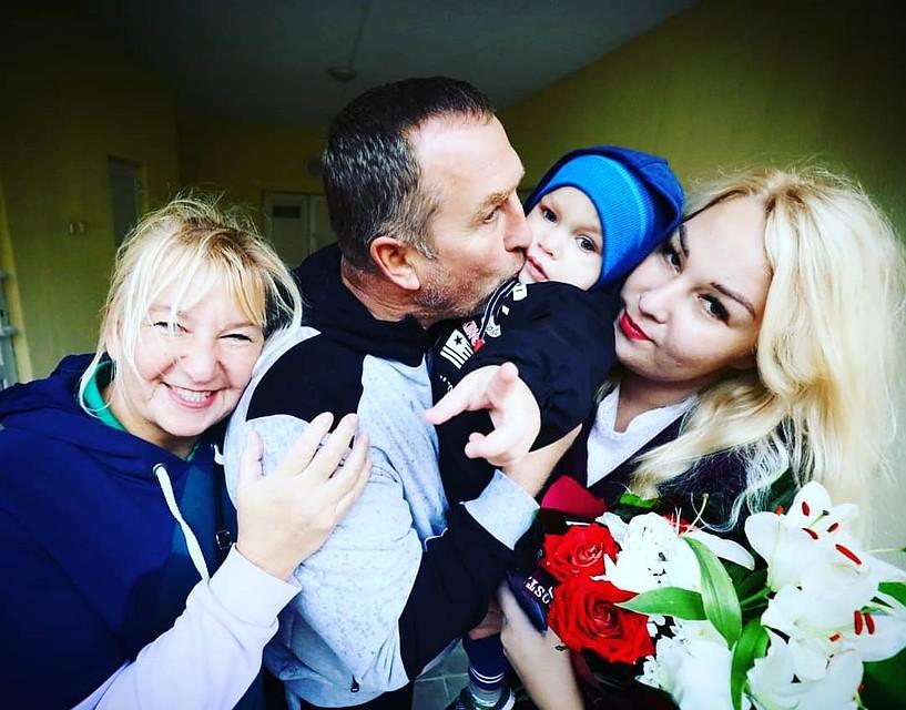 В РНПЦ трансплантации органов и тканей. Приходить в себя маме с сыном помогают родители девушки. Фото: vk.com
