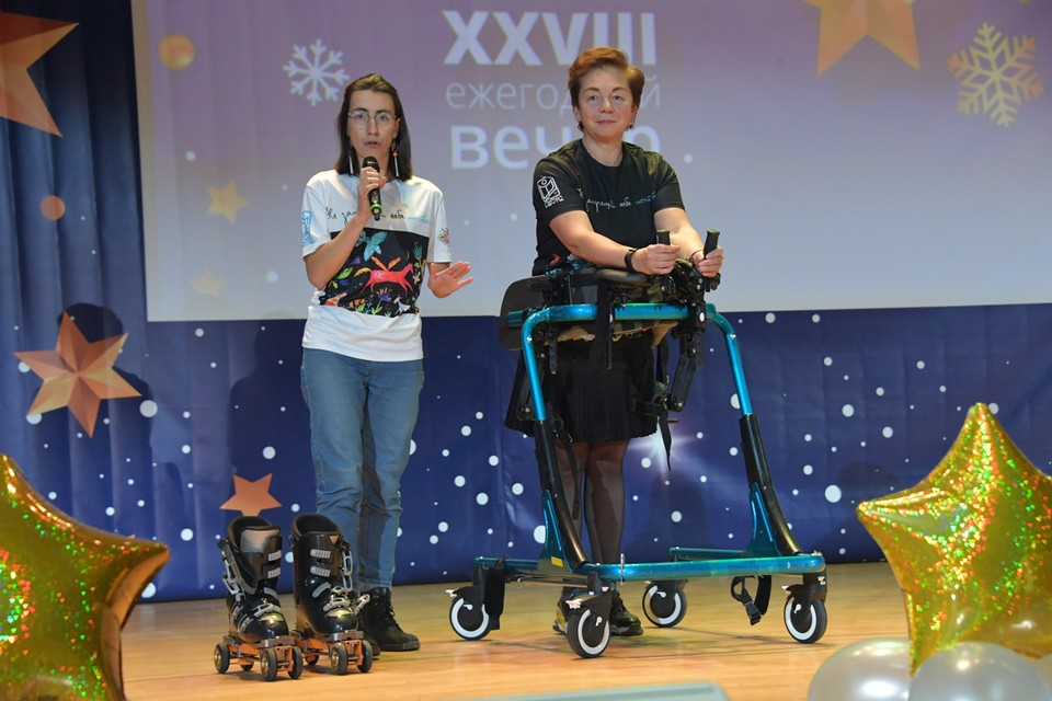 Помочь почувствовать себя такими же как все, инвалидам помогают ставшие уже традиционными благотворительные вечера приуроченные к международному Дню инвалидов.