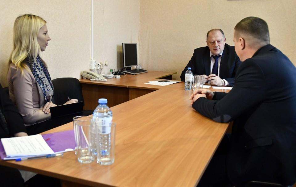 Глава областного парламента Сергей Голубев проводит прием в Оленино. Фото: ЗС ТО
