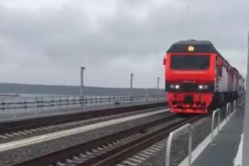 Локомотив несется со бешеной скорость. Фото: скриншот из видео