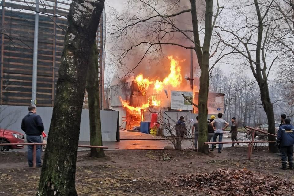 На Ленинском проспекте произошел пожар на строительной территории. Фото: vk.com/spb_today
