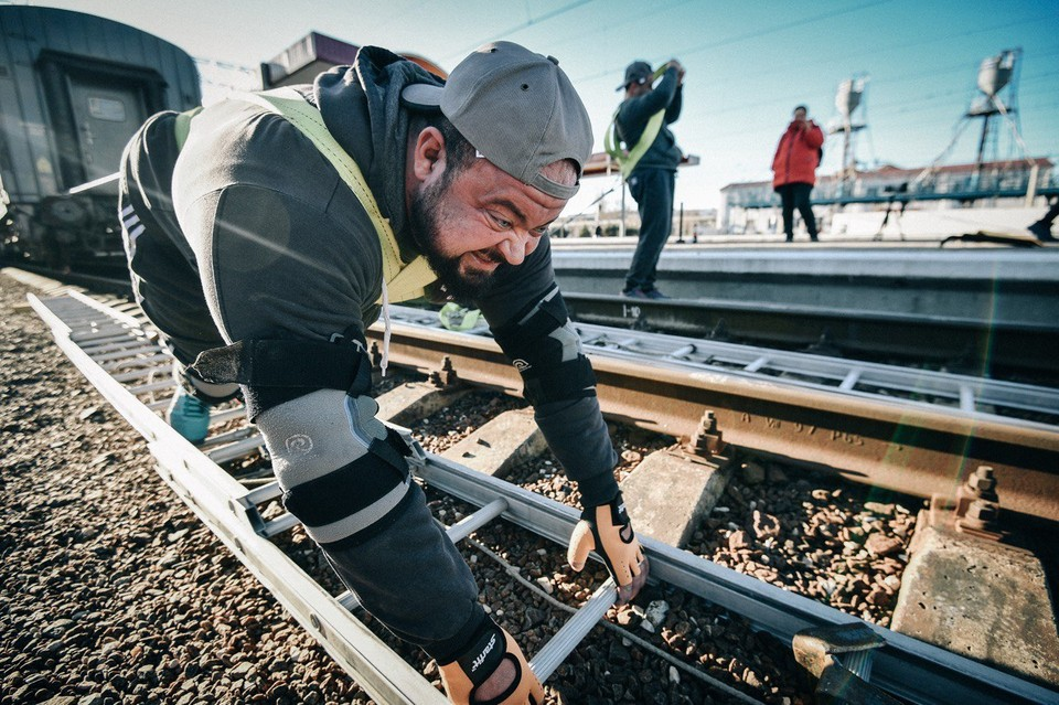 Атлеты посвящают рекорд запуску железнодорожного движение через Керченский пролив.