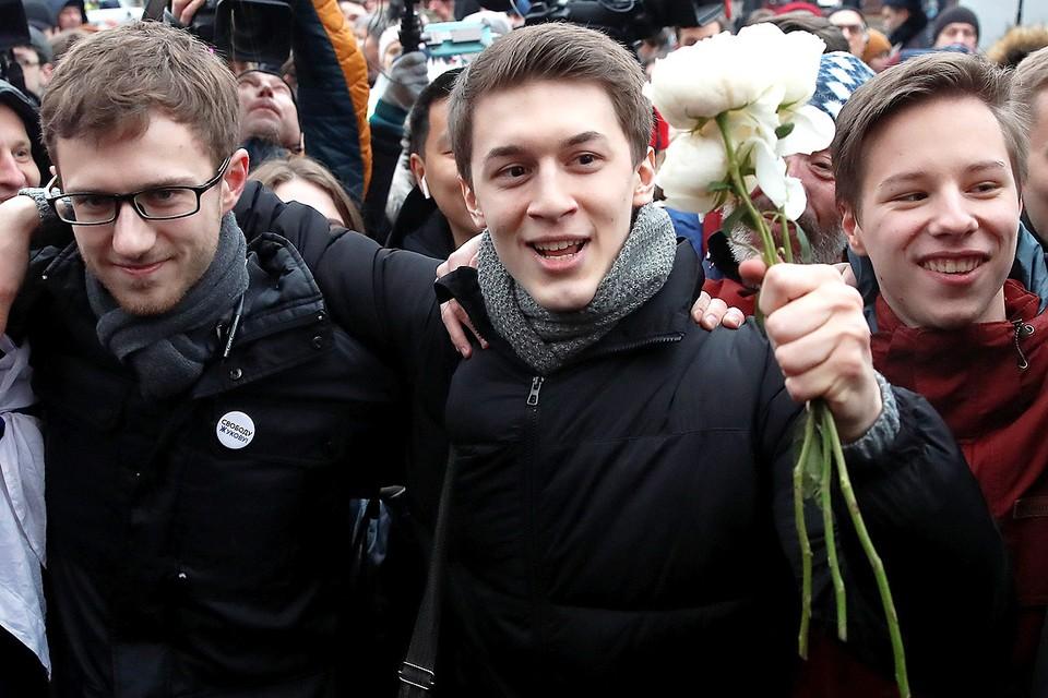 Егор Жуков среди единомышленников и друзей после освобождения судом.