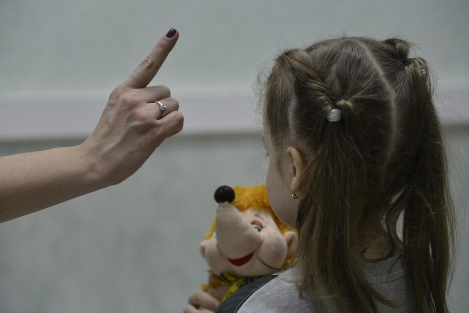 В Петербурге пьяная женщина избивала маленьких дочерей и не пускала их домой