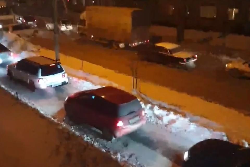 Жители очень удивились, когда у себя под окнами на тротуаре увидели затор. Фото: стоп-кадр