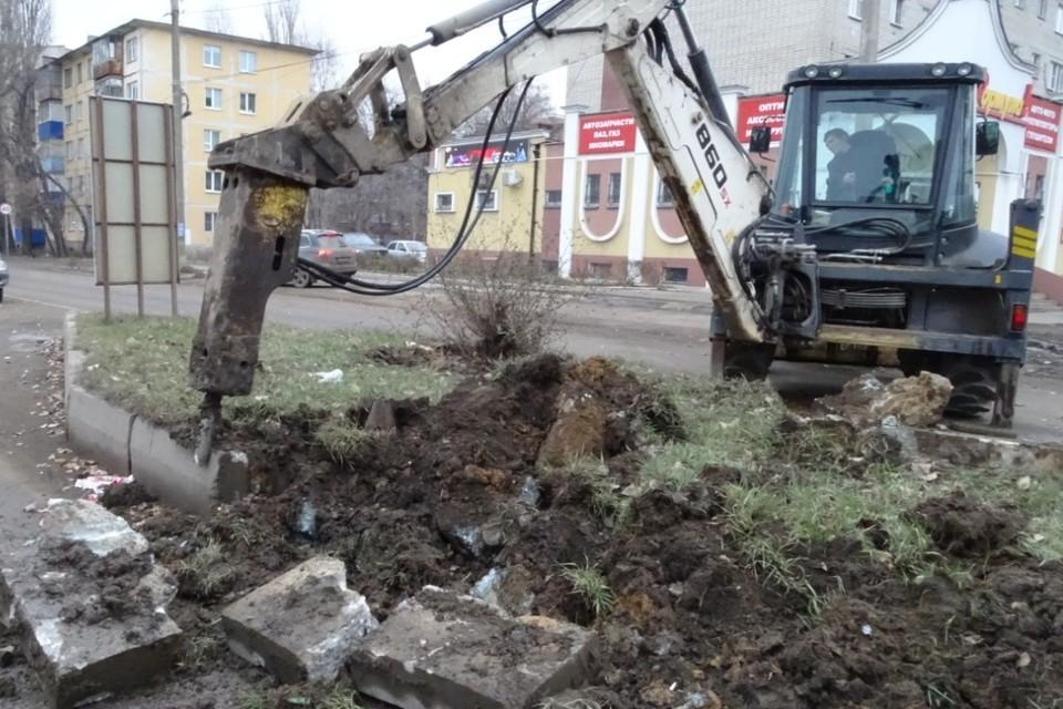 На улице Папина продолжают демонтировать опоры ЛЭП