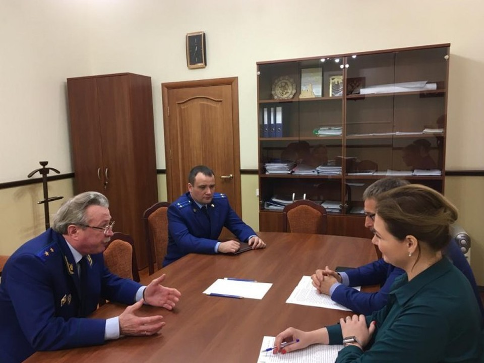 Виталий Фетисов (в центре) на встрече с вице-губернатором.