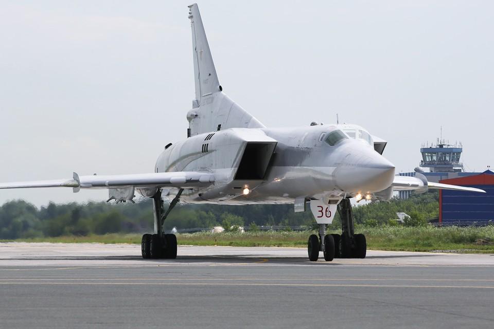 Посадка дальнего ракетоносца-бомбардировщика Ту-22М3. Фото: Марина Лысцева/ТАСС