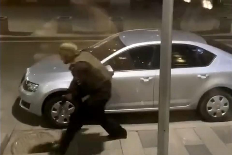 Неизвестный устроил перестрелку у здания ФСБ на Лубянке. По предварительной информации, мужчина открыл стрельбу из автомата по сотрудникам полиции. Есть раненые.