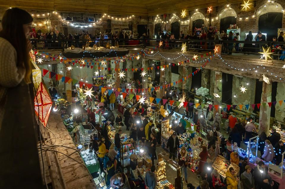 Анненкирхе в эти дни наполнена ароматами мандаринов и корицы, а под сводами повисли праздничные звездочки.
