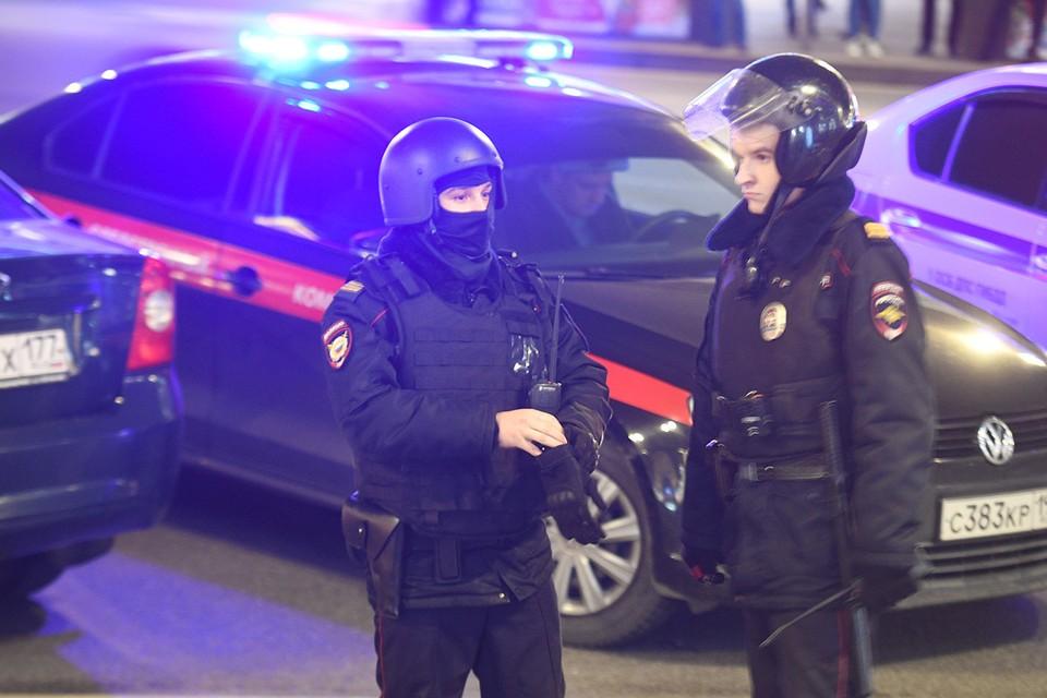 Сотрудники полиции и автомобили спецслужб в центре Москвы.