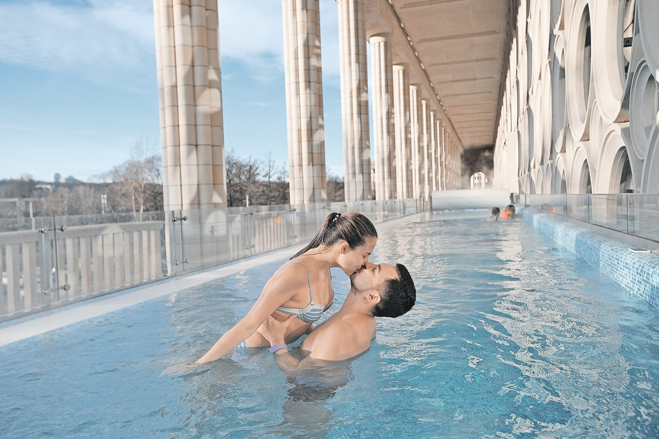 Романтическое настроение в открытом бассейне гарантировано в любую погоду.