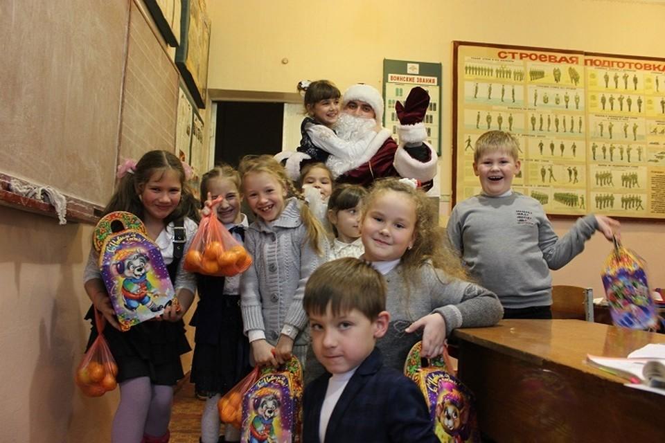 Нарядные, веселые, дети кричали, хватали нашего Деда Мороза, ахали от мандарин и подарка с конфетами, водили хоровод вокруг главной елки школы