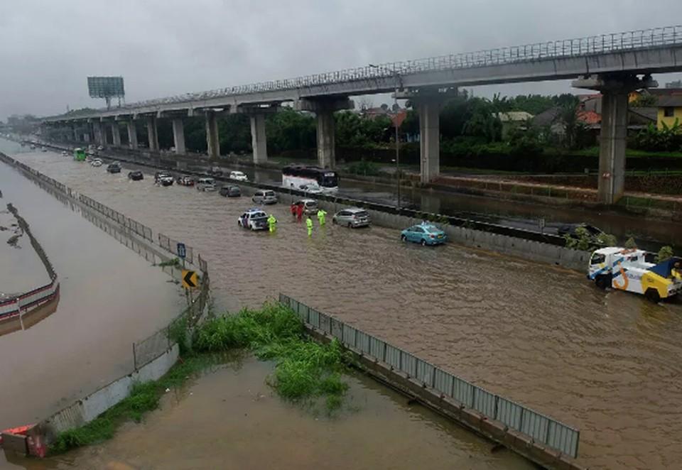 Наводнение в Индонезии унесло жизни более 20 человек