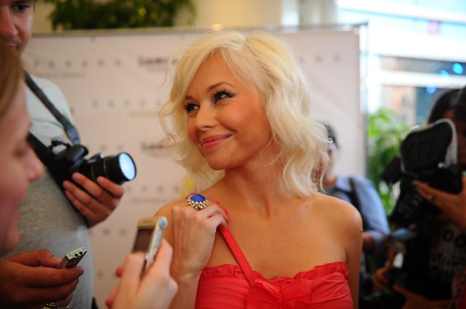 В Псков Елена Корикова прибыла для участия в спектакле.