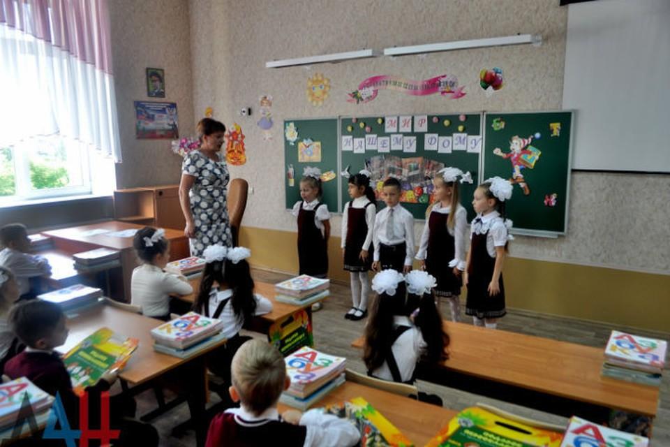 Донецкая гимназия №33 два года стояла пустой. На фото - первый урок после обстрела ВСУ в 2014 году. ФОТО :ДАН