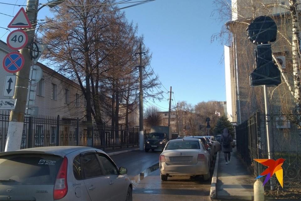 На одной из улиц в самом центре Рязани запретили парковку.