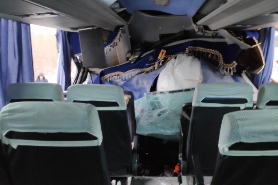 Салон автобуса вмяло внутрь.