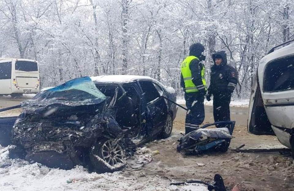 На месте смертельной аварии продолжают работу полицейские. Фото предоставлено пресс-службой УМВД России по Орловской области