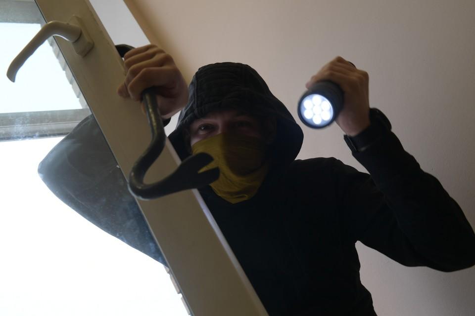 Искать молниеносных грабителей будут с помощью видеозаписей, а также следов рук и обуви.