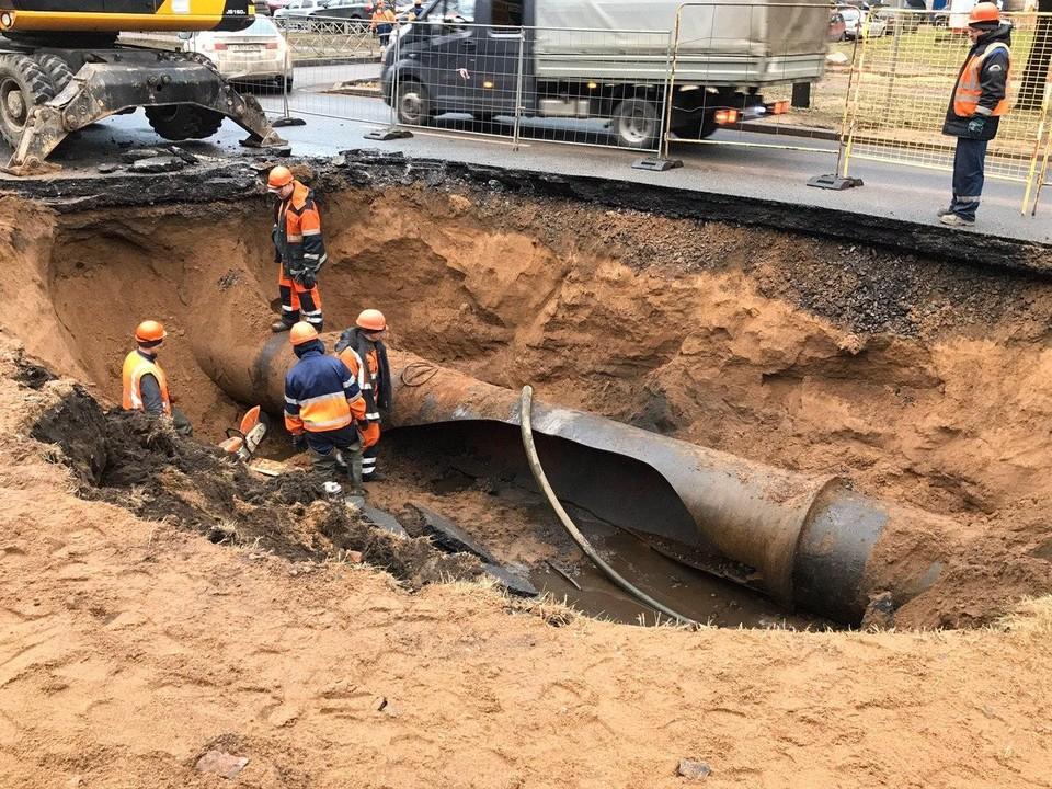 Вечером 12 января на проспекте Непокоренных прорвало трубу с водой.
