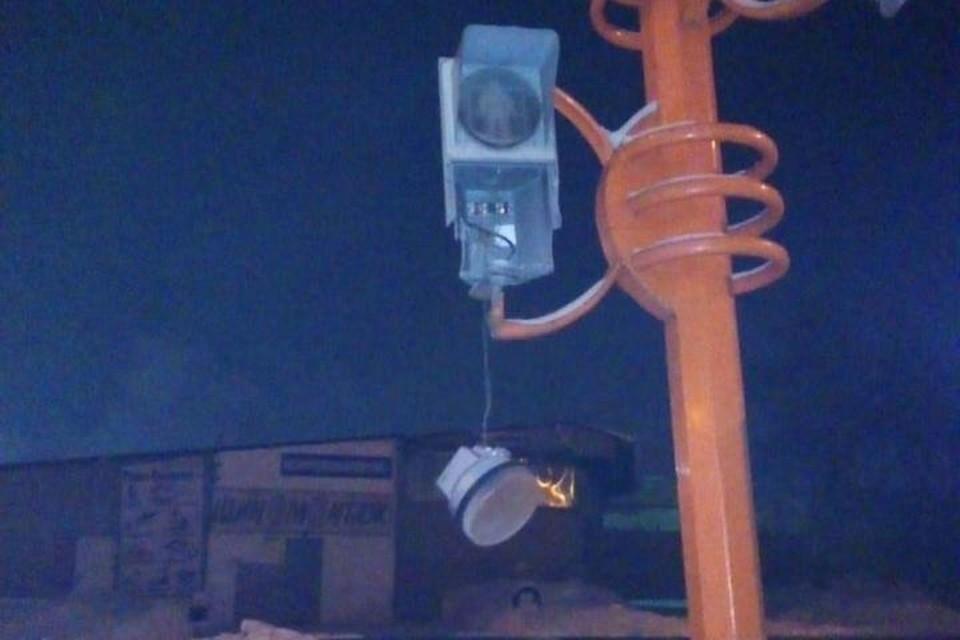 Кемеровчанин изрубил топором светофор и чужую машину. Фото: ГУ МВД по Кемеровской области