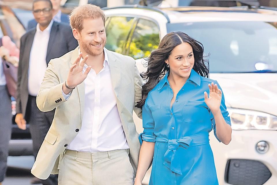 Гарри и Меган помахали дворцу ручкой.
