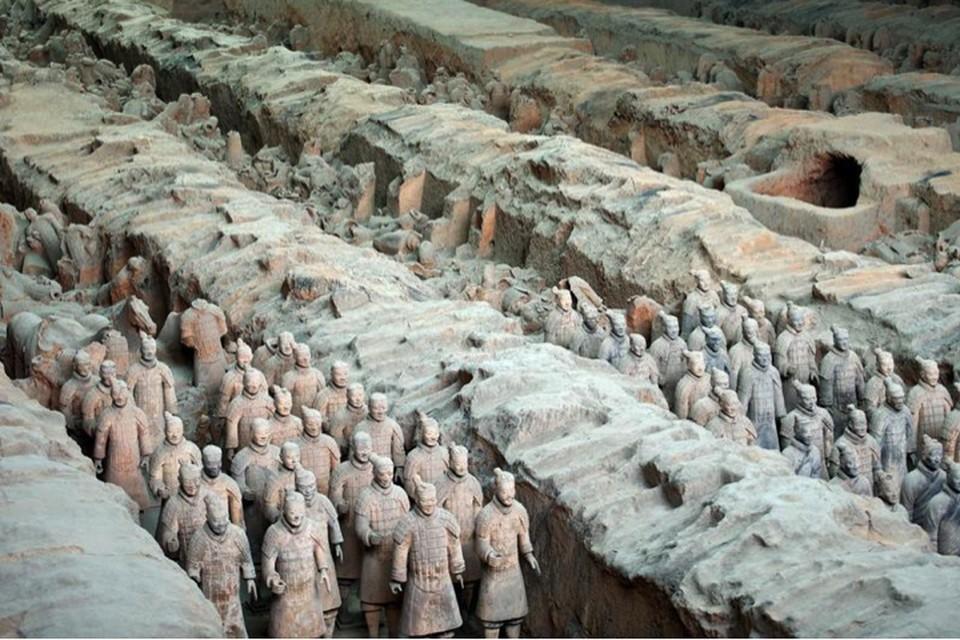 Под землей скрыты еще тысячи глиняных воинов.