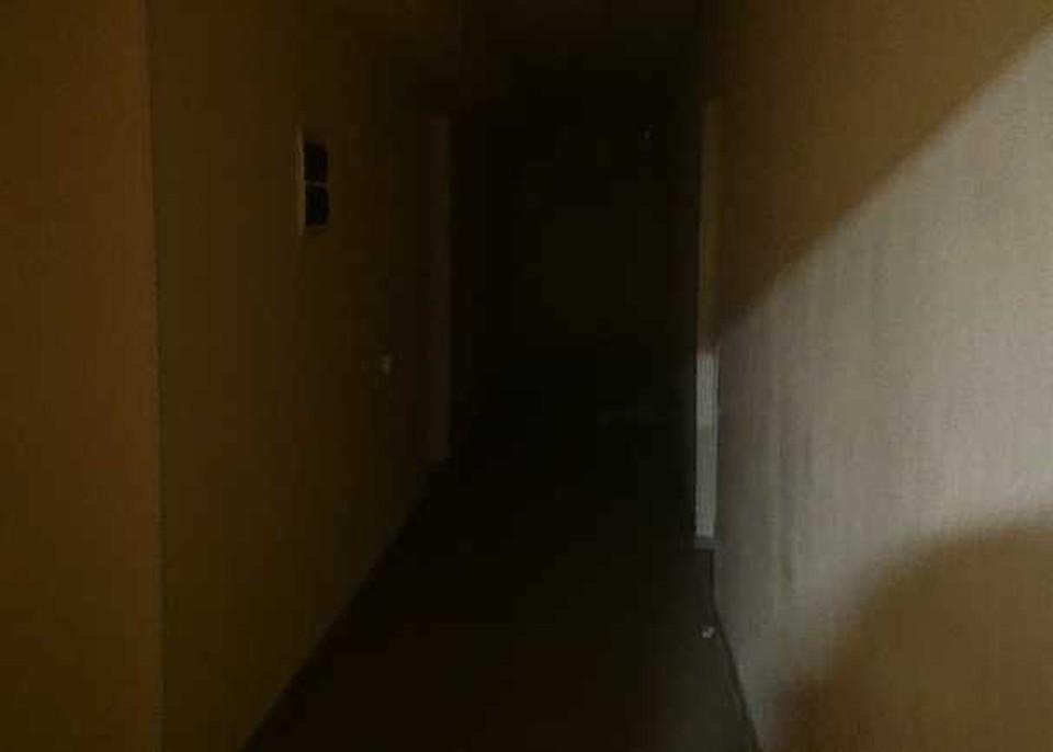 На фото - загадочный коридор. Снимок сделан в темноте.
