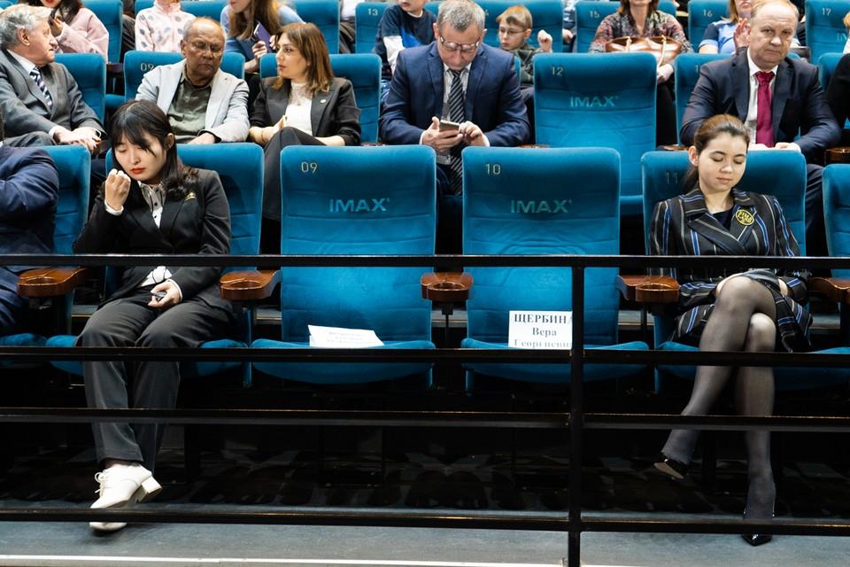 Цзюй Вэнцьзюнь и Александра Горячкина перед церемонией открытия матча