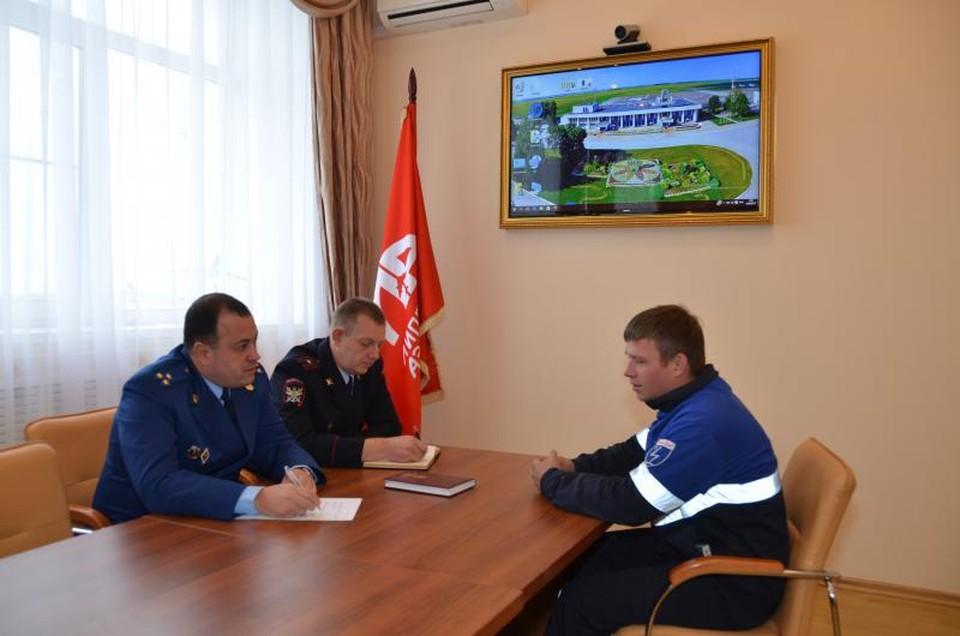 Алексей Сидоров (слева на переднем плане) проводит личный прием. Фото: mmtproc.ru