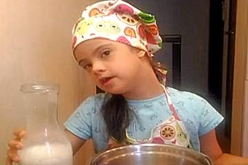 """""""Ставьте лайк, подписывайтесь!"""" Девочка с синдромом Дауна печет блины в прямом эфире и мечтает вести ютуб-канал"""