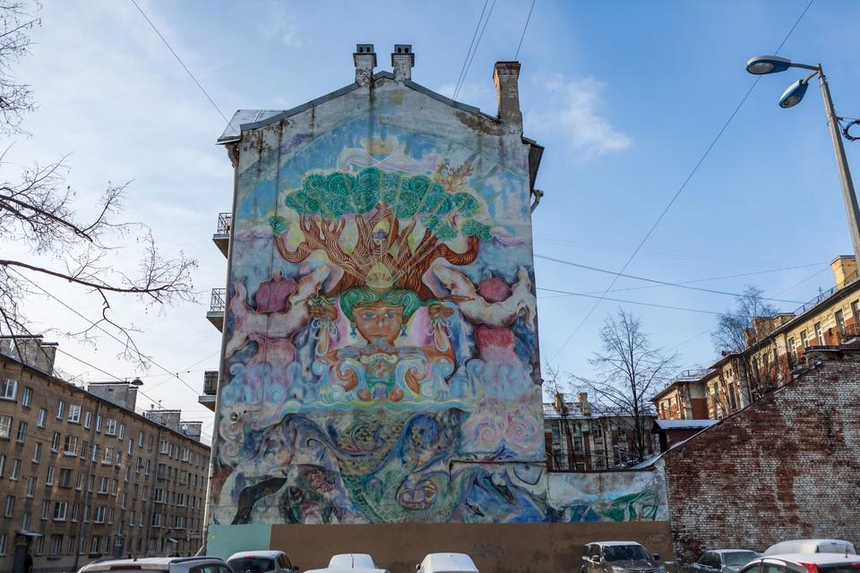 Огромный мурал изображает Будду, сидящего в лучах света. Над его созданием трудились вместе русские и американские художники.