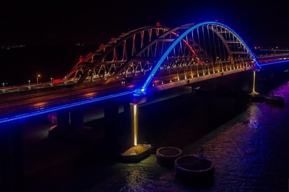 """Ночью на мосту включают архитектурную подсветку. Фото: инфоцентр """"Крымский мост"""""""