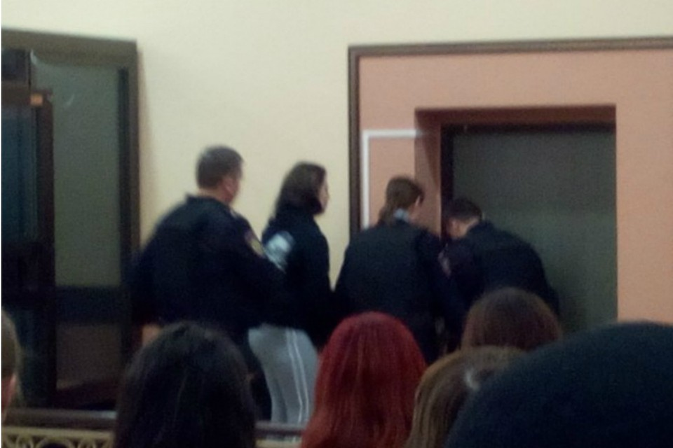 Суд наконец вынес приговор кировчанке, оставившей маленькую дочь одну в запертой квартире.