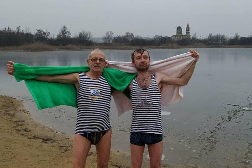 Андрей Коновалов и Иван Ревяков - у каждого своя причина окунаться на Крещение. Фото: И.Ревяков