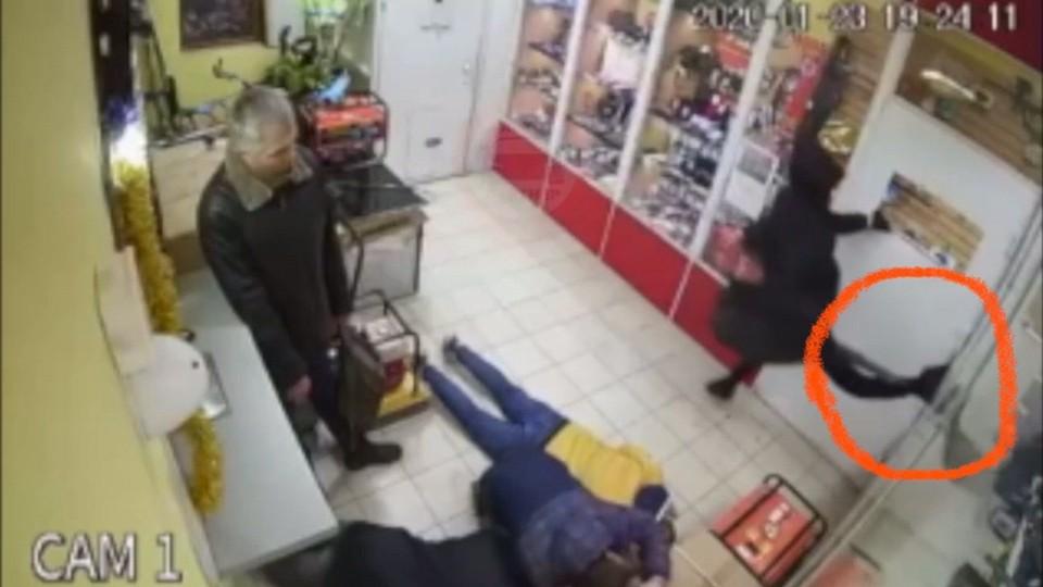 Мужчина повредил ногу, когда выбивал дверь. Фото: кадр видео Автопартнер Крым Севастополь ДТП/VK
