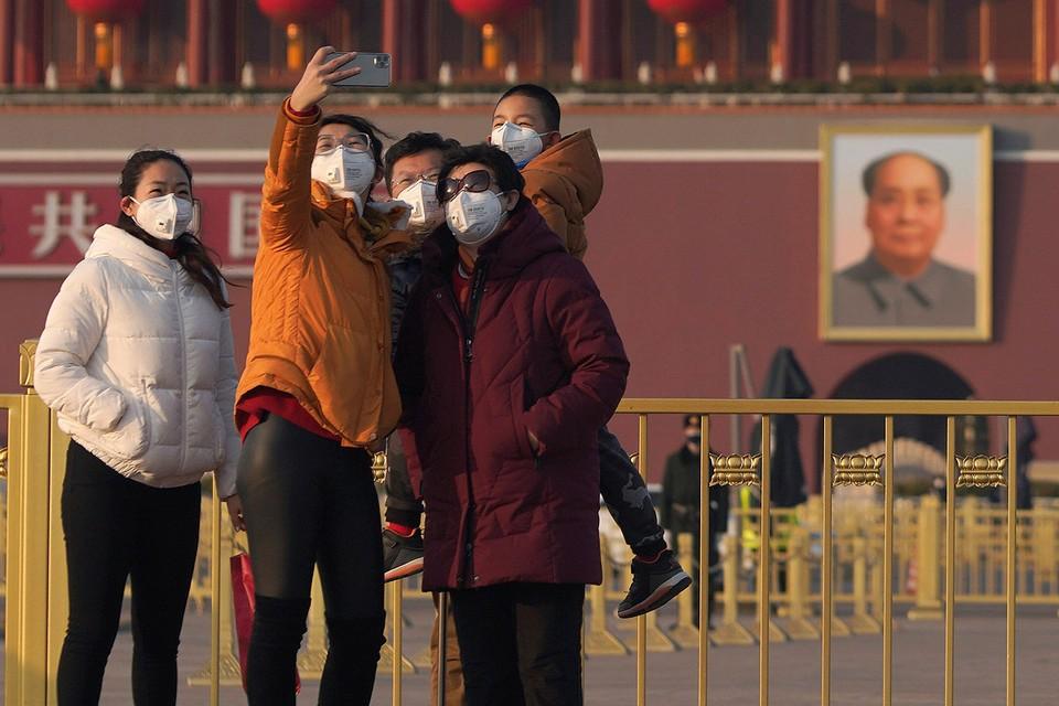 Туристы на площади Тяньаньмэнь в Пекине.