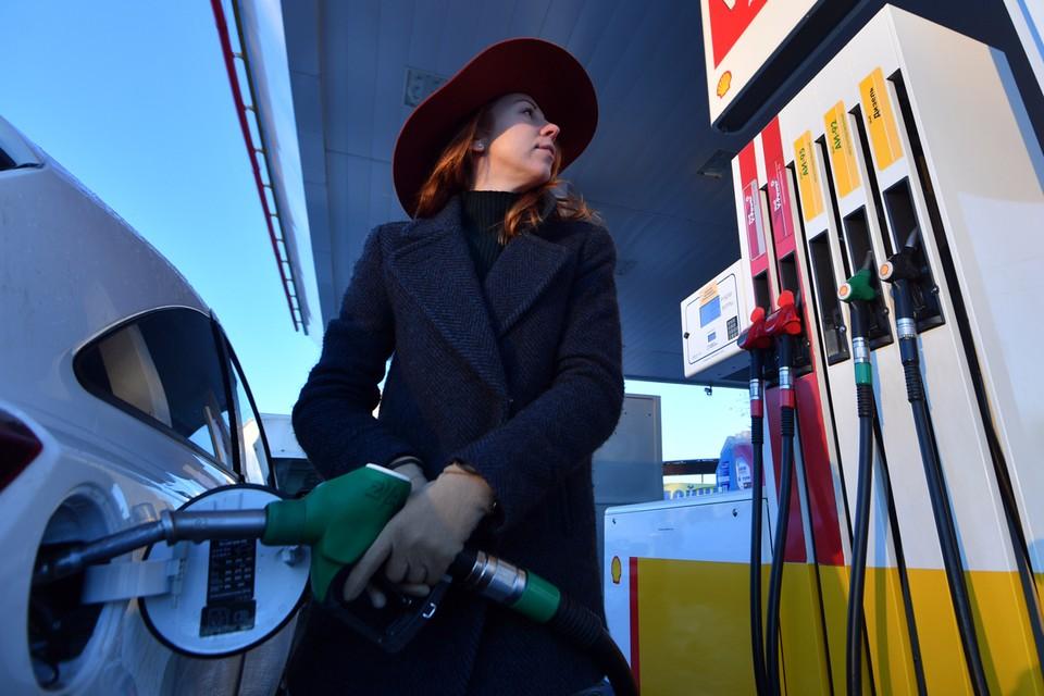 Минюст предложил штрафовать АЗС за недолив бензина.