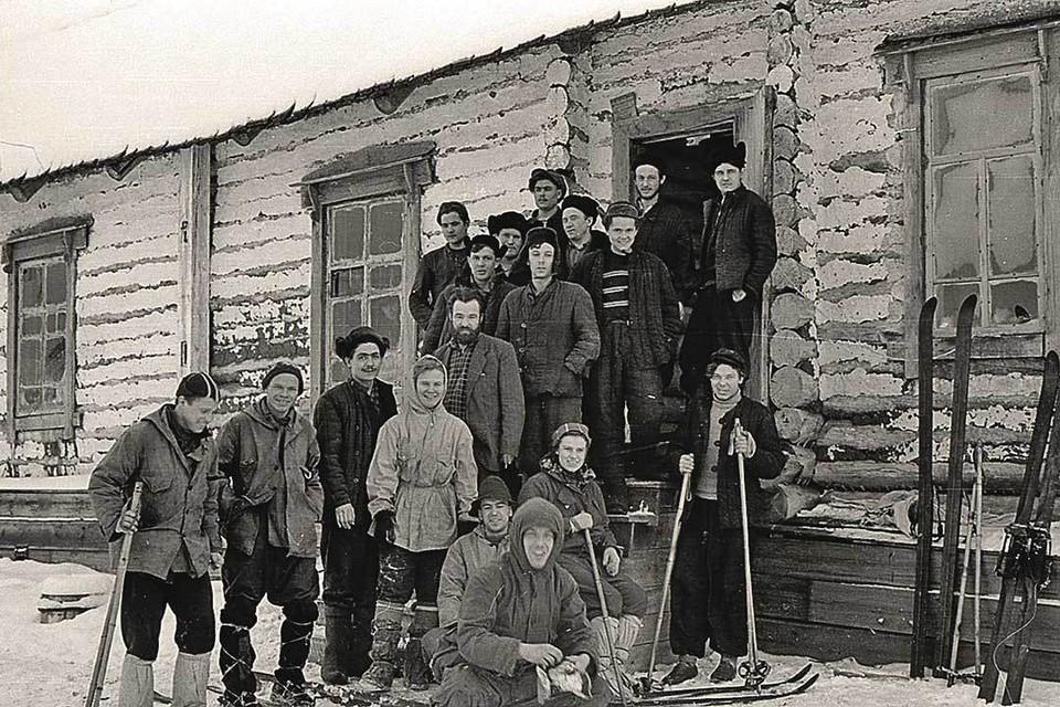 Этот снимок туристы сделали на память о встрече с местными жителями поселка Северный-2. Не исключено, что смесь из сушеных грибов им могли подарить здесь. Фото: Общественный фонд «Памяти группы Дятлова»